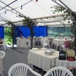 """Valkeita puutarhatuoleja 3 eur/kpl.Valkeita puutarhapöytiä 90 cm x 130 cm 5 eur/kpl. Pöytä 80-240 """"seisovapöytä"""" 15 eur/kpl. Tuolien istuinpehmusta 1.50 eur/kpl."""